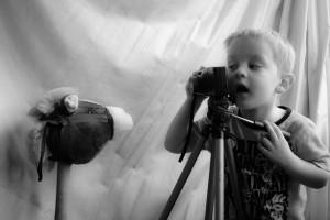 menino fotografando